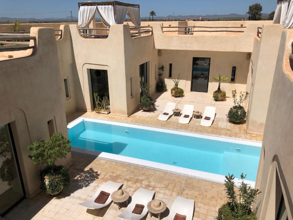 A view of the pool at Villa DAR KAHINA or nearby