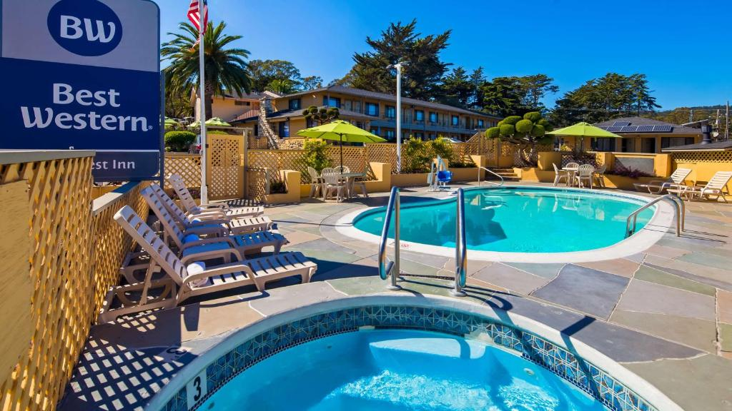 The swimming pool at or near Best Western Park Crest Inn