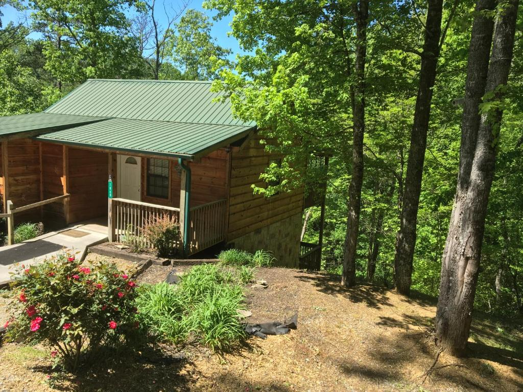 Bear Tracks BEAR OAKS Cabin in the Woods Between Pigeon Forge Gatlinburg