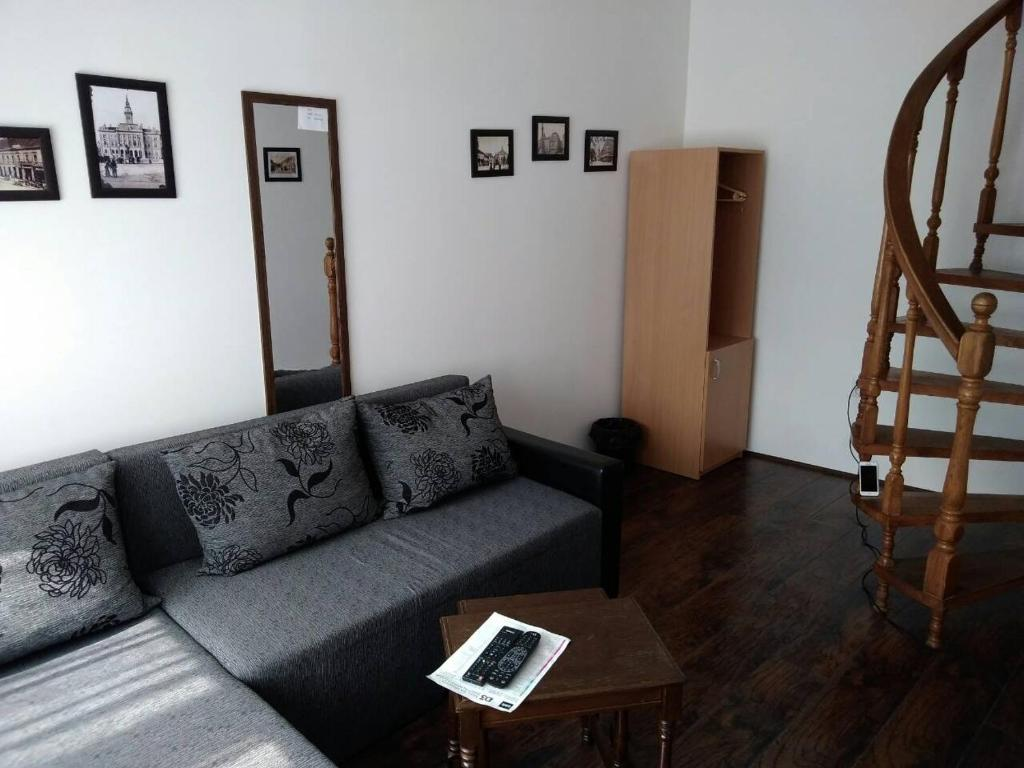 A seating area at TNS 27 Apartment