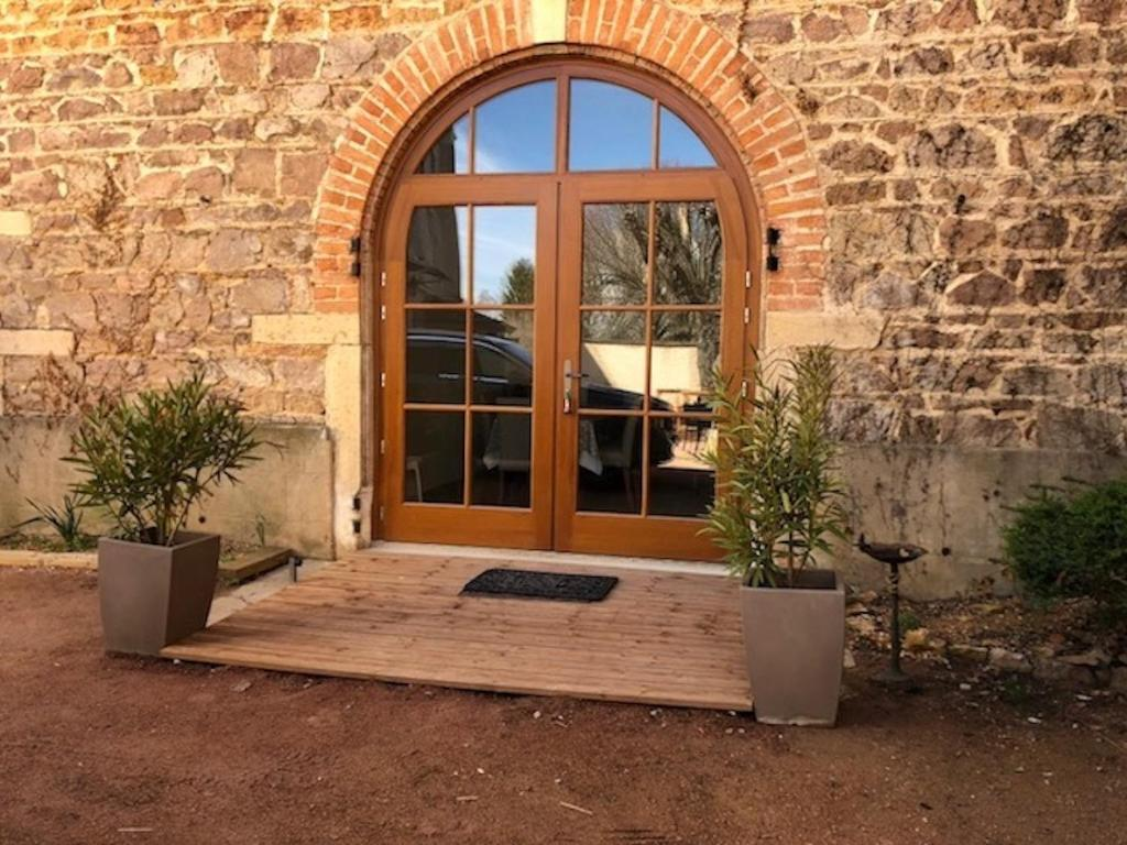 The facade or entrance of Gites du chateau du Breuil