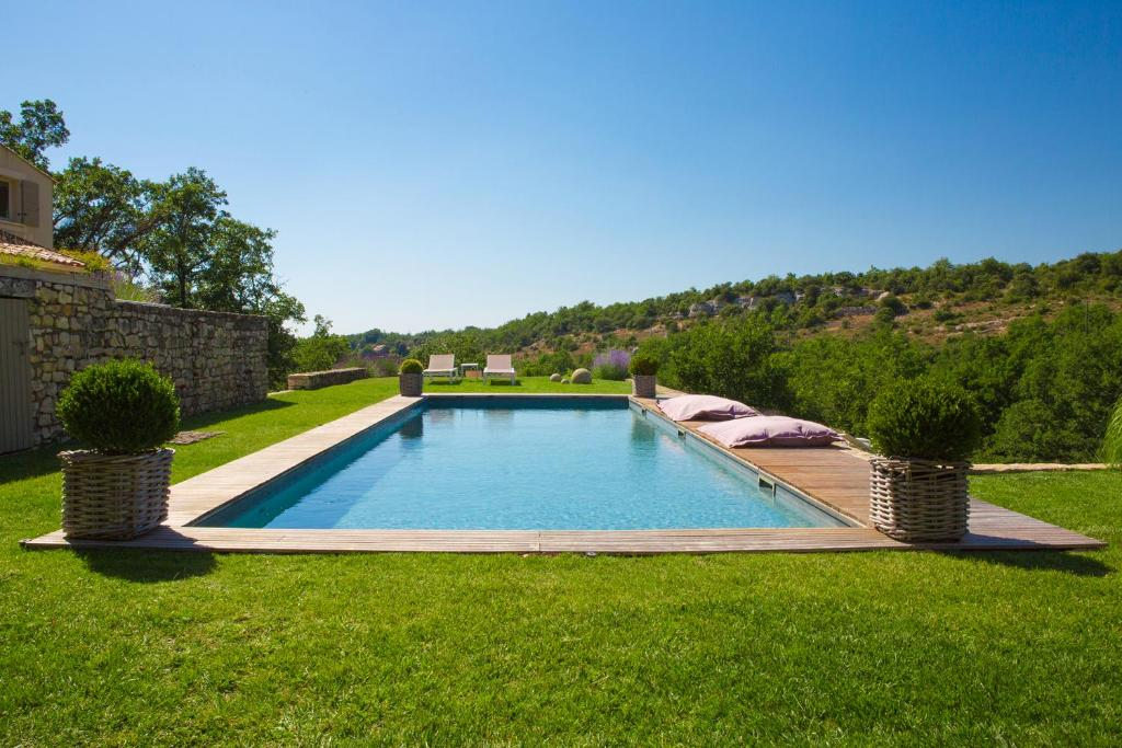 The swimming pool at or near Le Parfum Des Collines