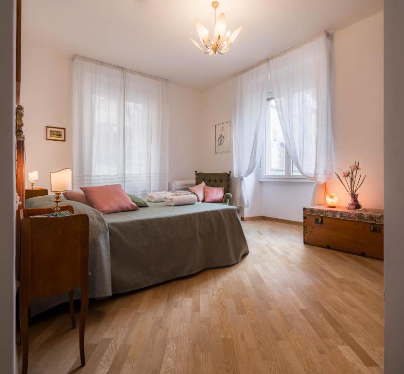 A bed or beds in a room at Santa Felicita Apartments