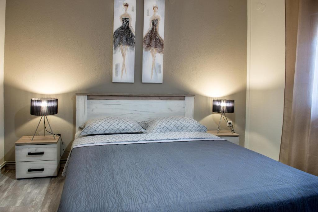 A bed or beds in a room at Varka Apartment