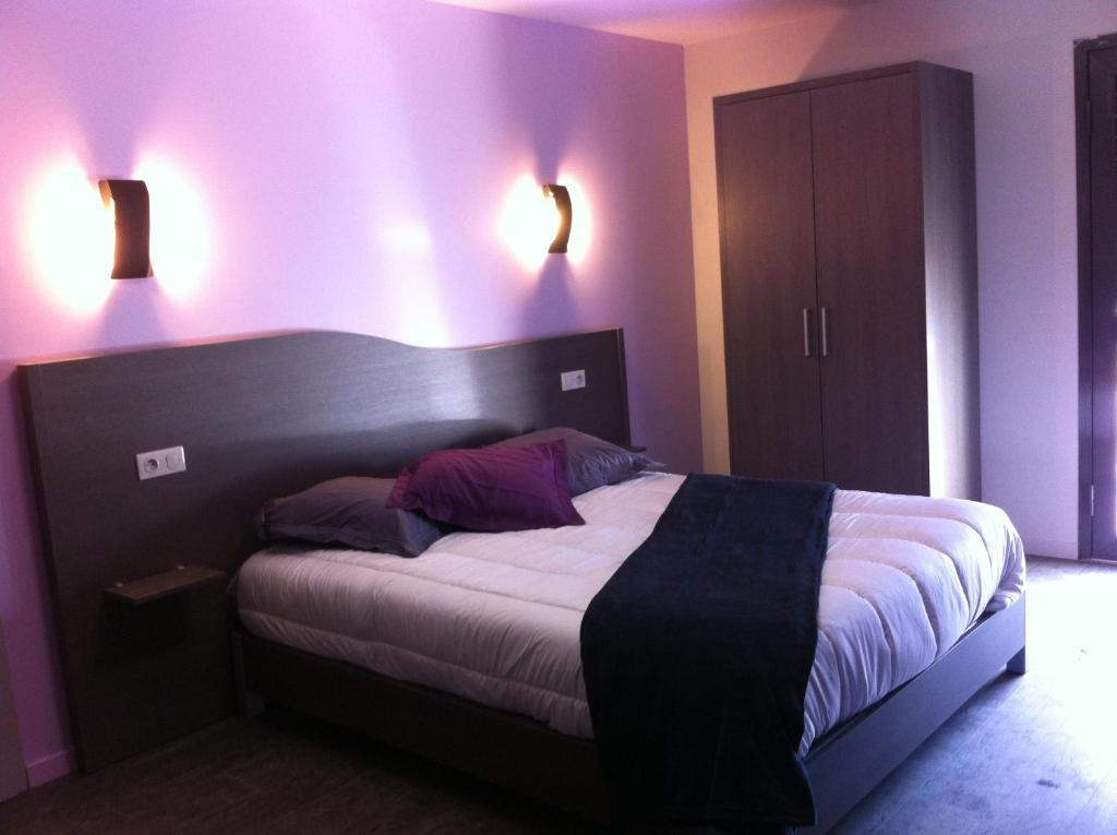 A bed or beds in a room at The Originals City, Hôtel des Arts, Montauban (Inter-Hotel)