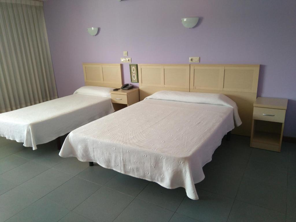A bed or beds in a room at Hotel Cogullada