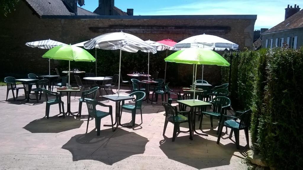 A restaurant or other place to eat at L'Auberge l'Orée du Bois