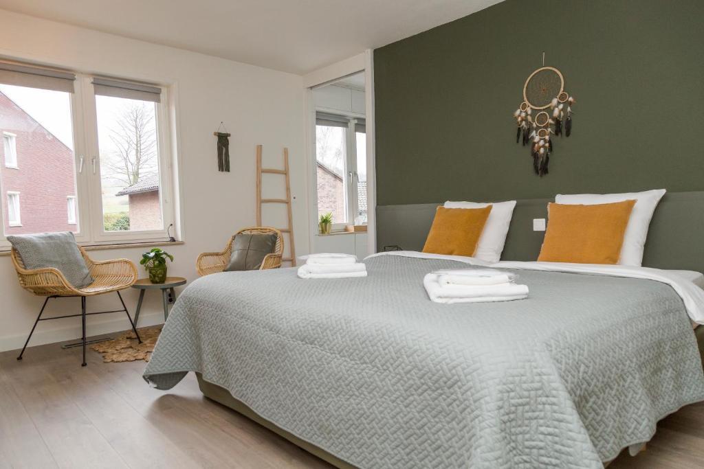 A bed or beds in a room at De Vierjaargetijden