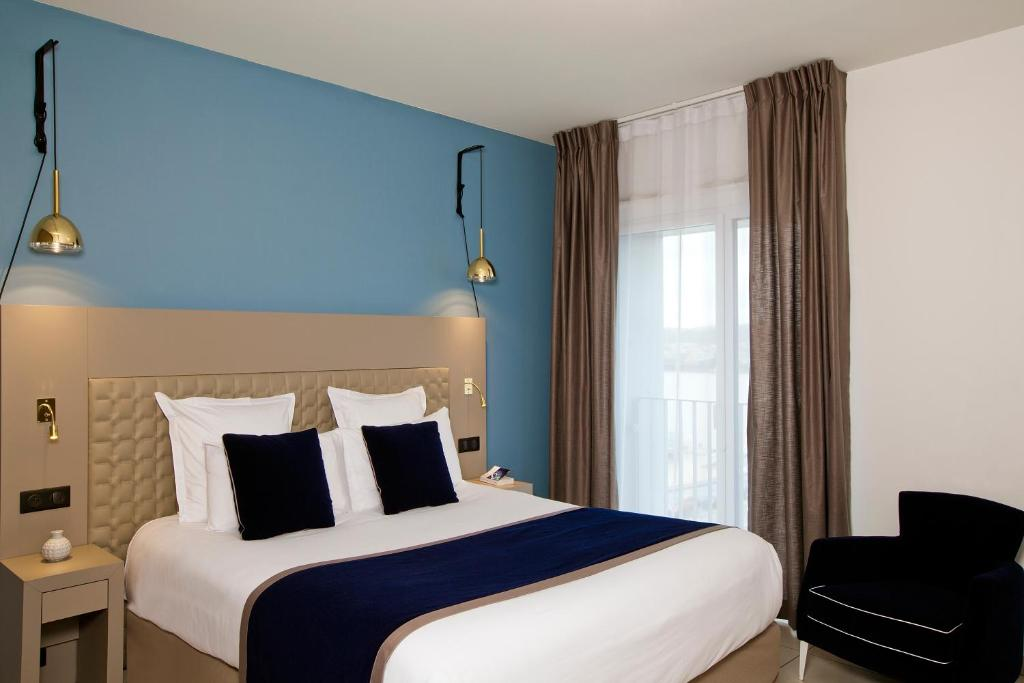 A bed or beds in a room at Residhome Bordeaux