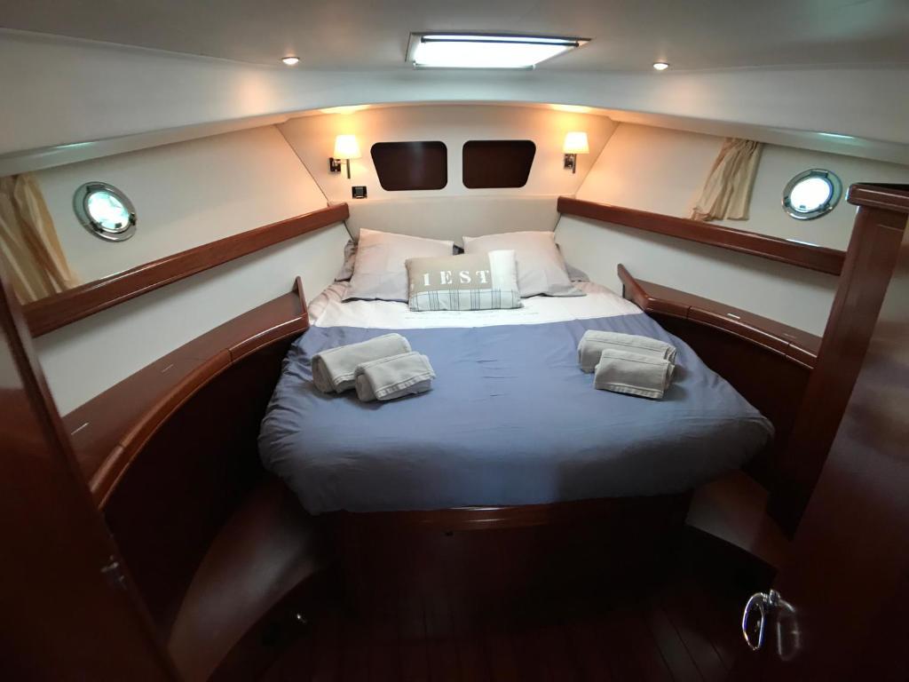 Un ou plusieurs lits dans un hébergement de l'établissement Yacht Escapade II nuits à quai
