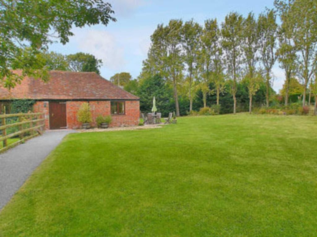 A garden outside Mill End Farm Cott.
