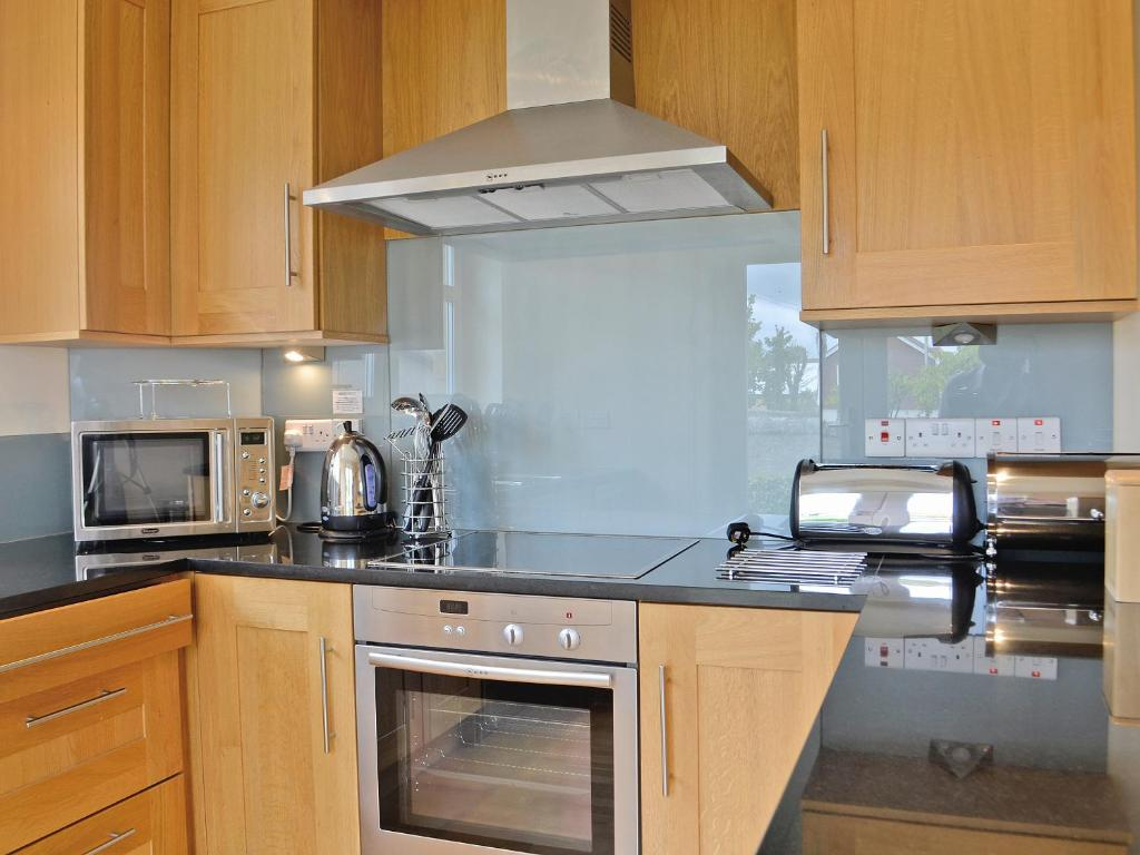 A kitchen or kitchenette at Links Apartment 8
