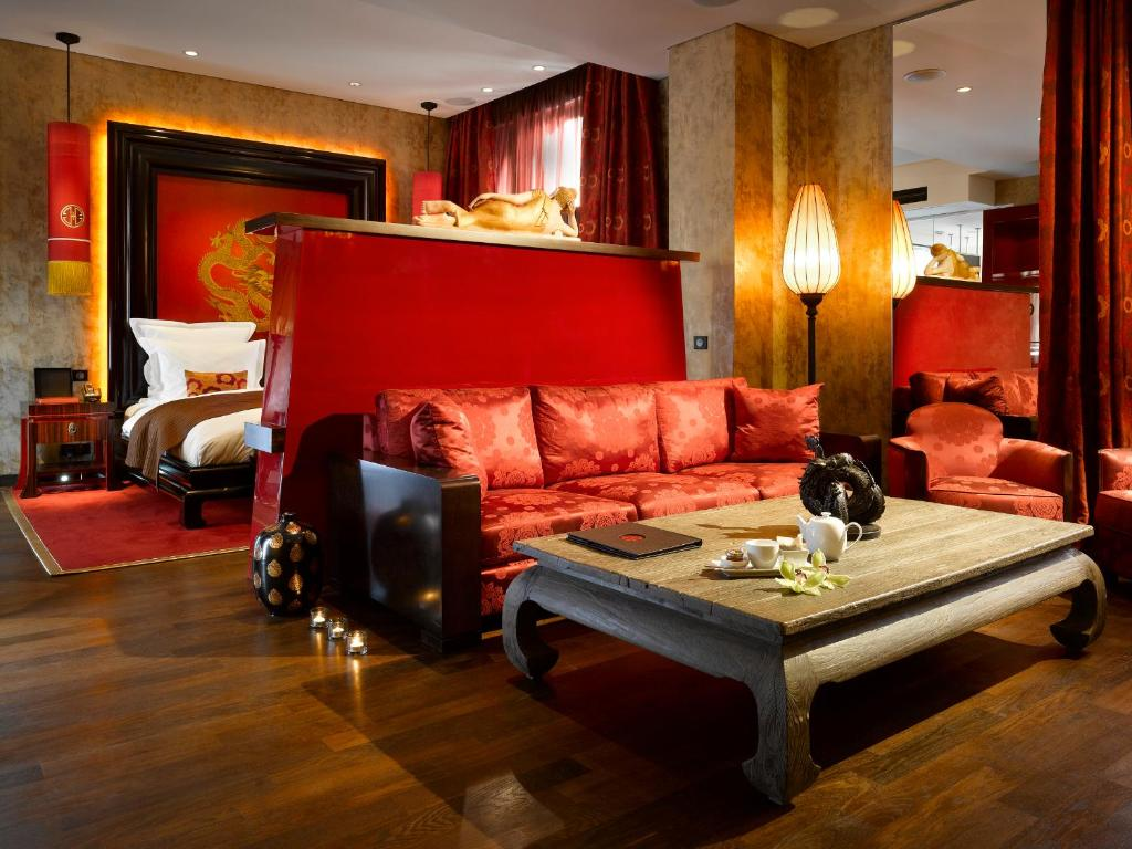 Een zitgedeelte bij Buddha-Bar Hotel Prague