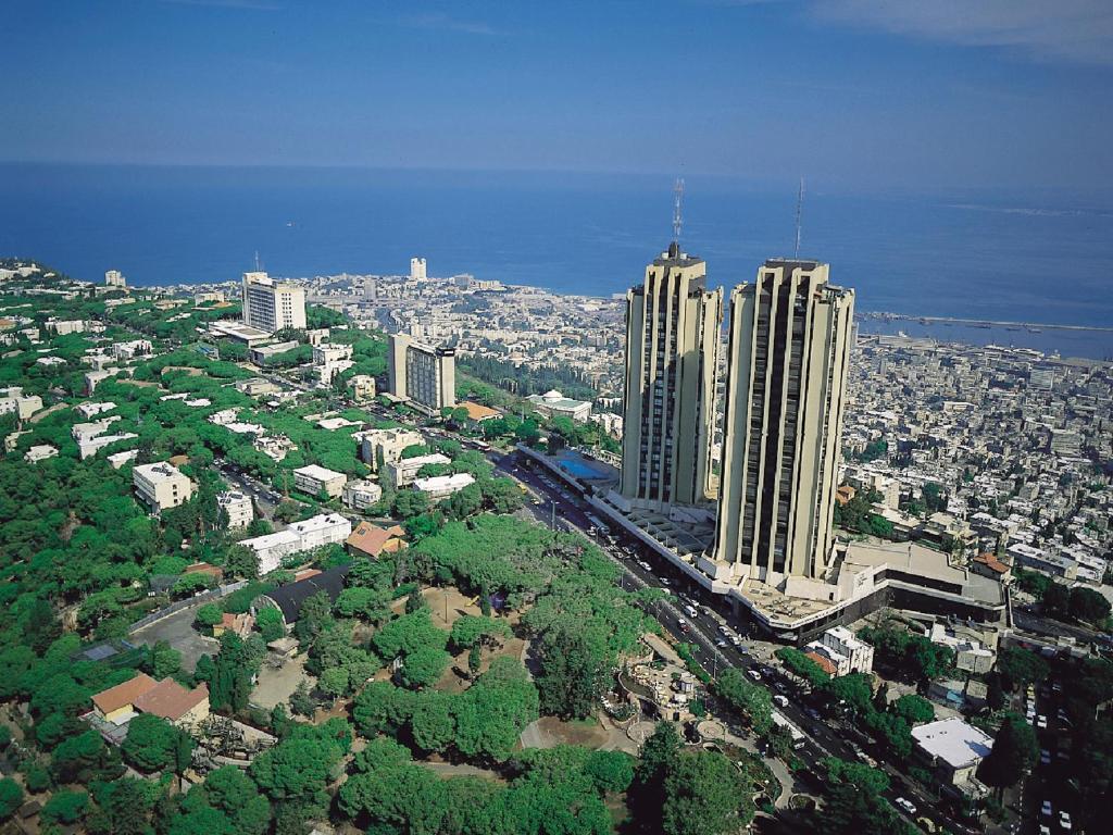 מבט מלמעלה על מלון דן פנורמה חיפה