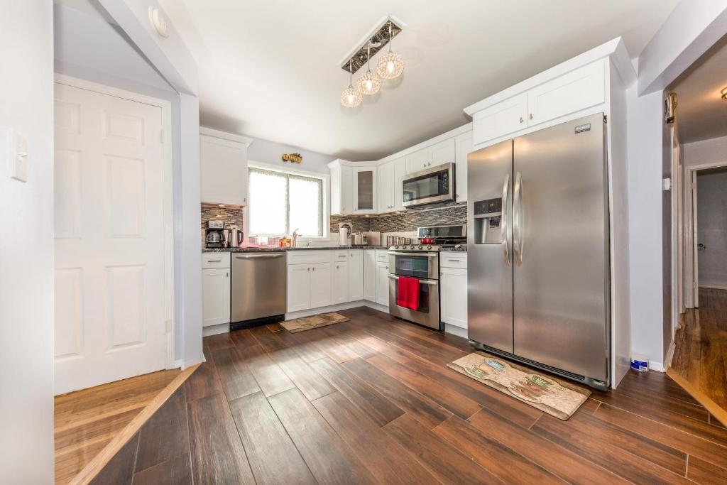 A kitchen or kitchenette at Luxury Close to JFK