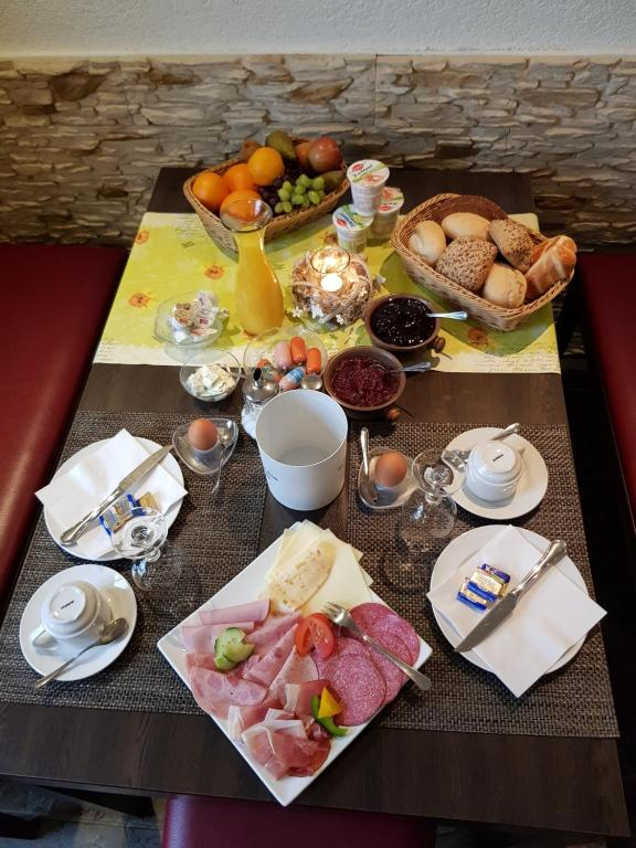 Breakfast options available to guests at Hotel Zur Brücke