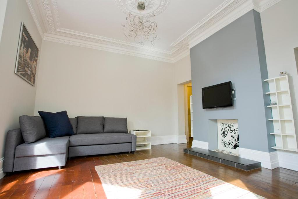 A seating area at Gardens View No1