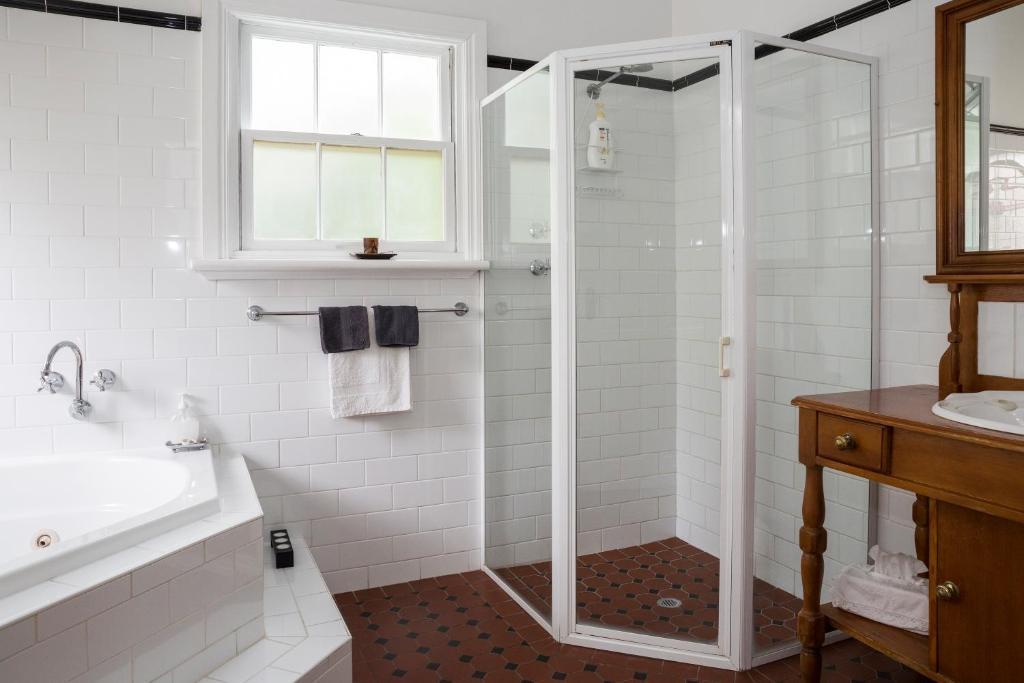 A bathroom at Clare Valley Heritage Retreat