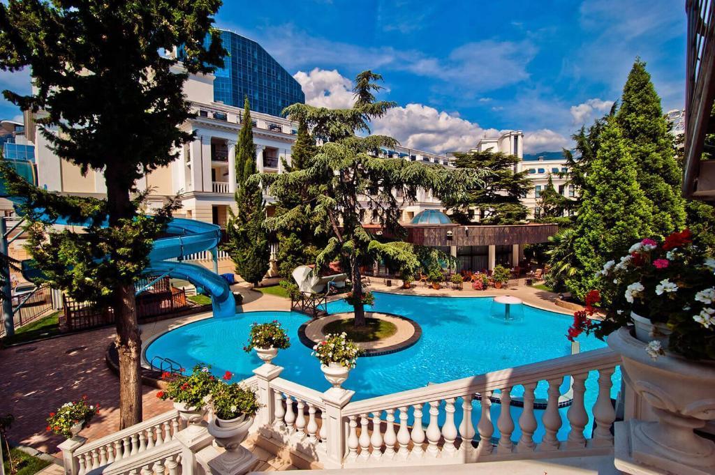 Вид на бассейн в Ореанда Премьер Отель или окрестностях