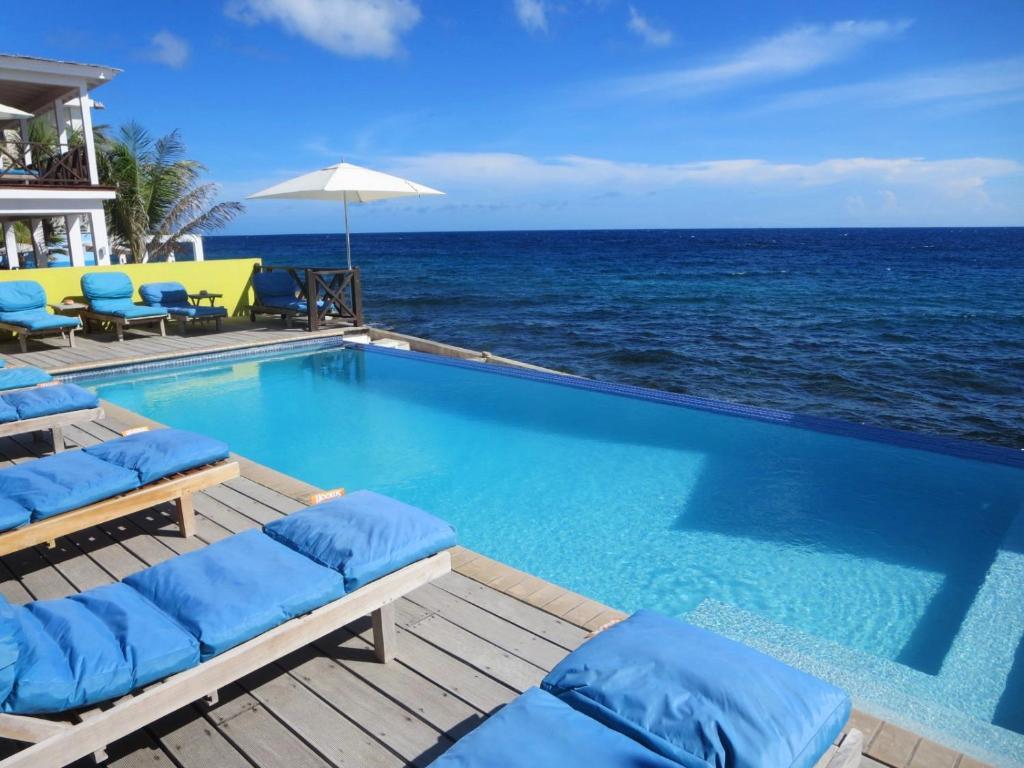 Het zwembad bij of vlak bij Scuba Lodge & Suites