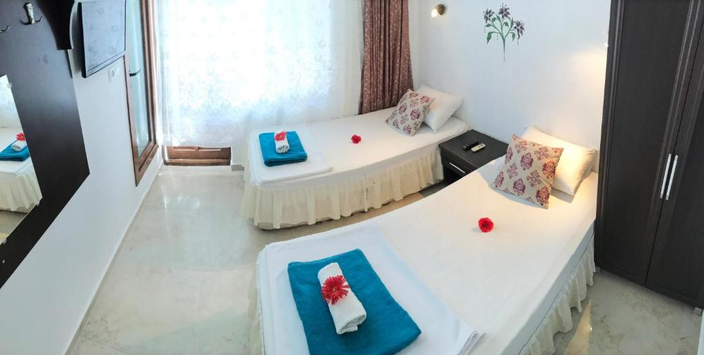 A bed or beds in a room at Santosa Pension
