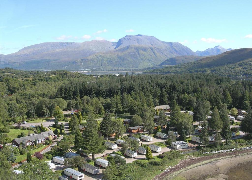 Een luchtfoto van Linnhe Lochside Holidays