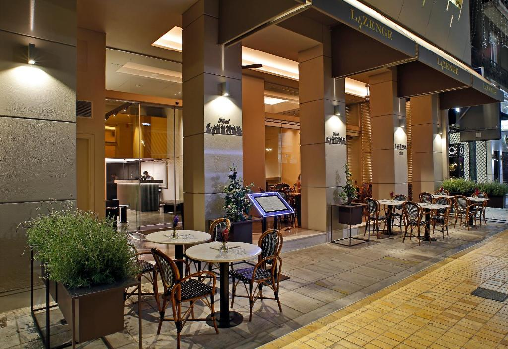 A restaurant or other place to eat at Hotel Lozenge