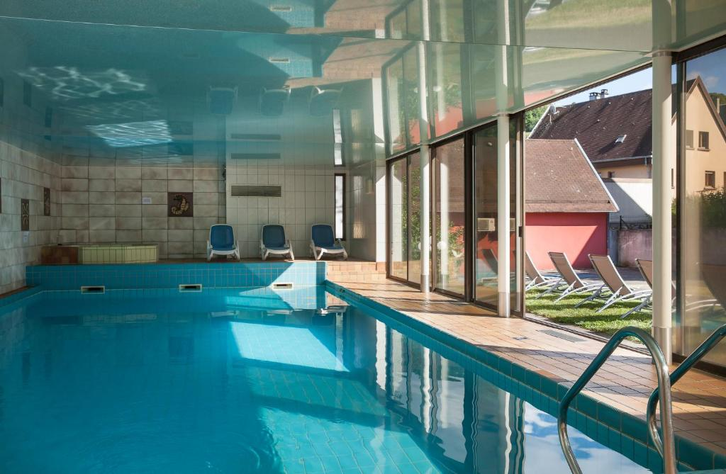 The swimming pool at or close to Logis Hostellerie Motel Au Bois Le Sire