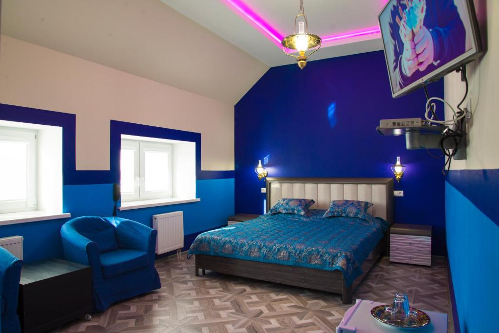 A bed or beds in a room at Razguliay Inn