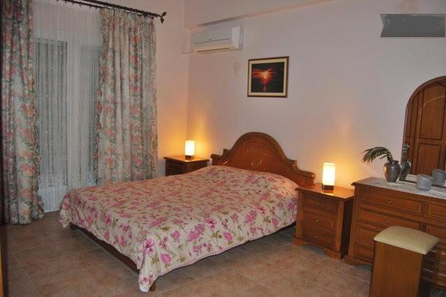 A bed or beds in a room at Beautiful and Cozy Apartment in Town