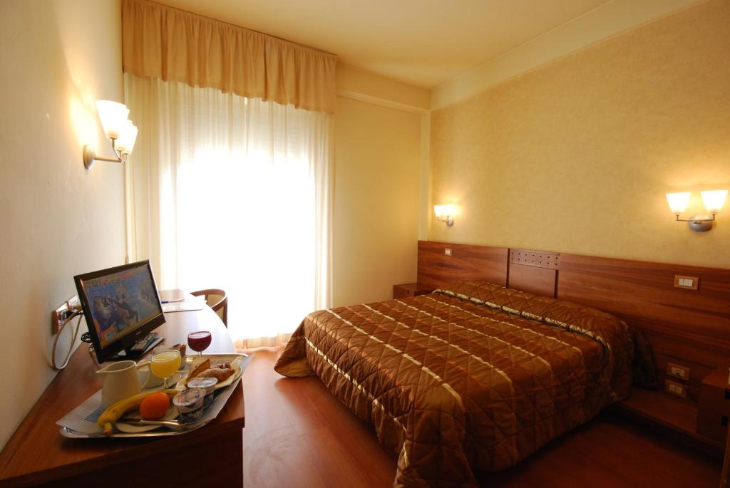A bed or beds in a room at Hotel Gala