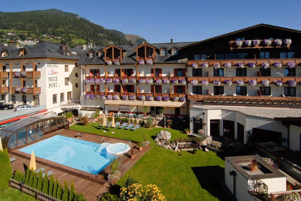 Ein Blick auf den Pool von der Unterkunft Hotel Neue Post oder aus der Nähe