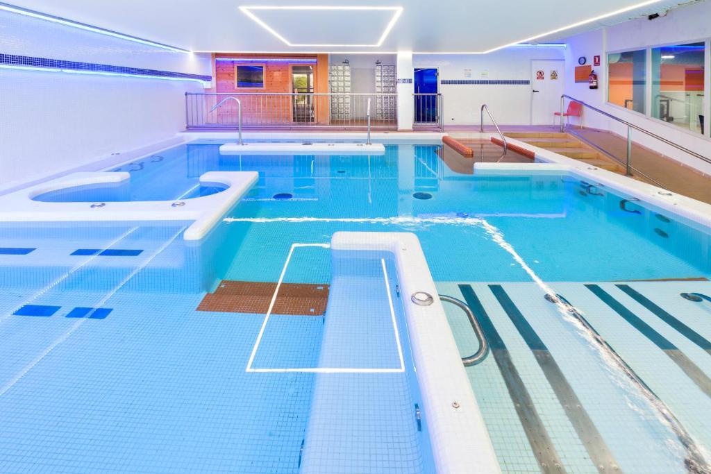 Het zwembad bij of vlak bij Dynastic