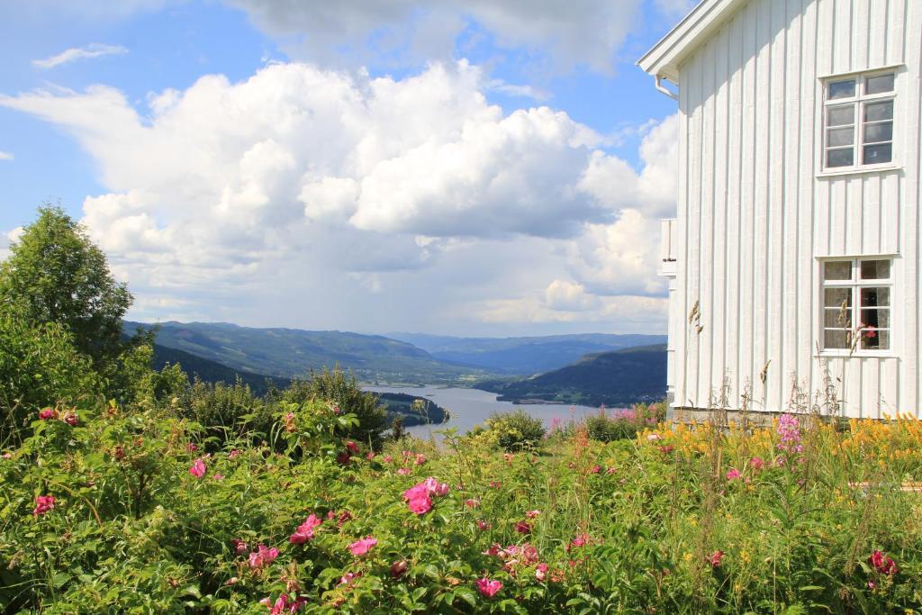 Utsikt mot fjell, enten fra gjestgiveriet eller fra et annet sted
