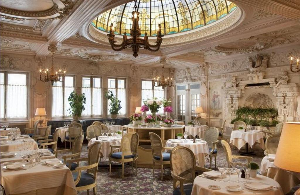 A restaurant or other place to eat at Hôtel Bedford