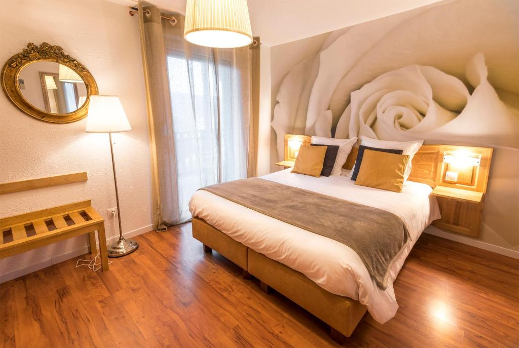 A bed or beds in a room at A l'Arbre Vert