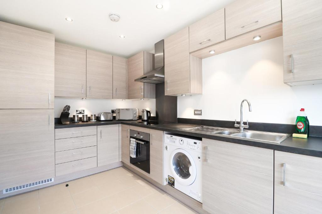 A kitchen or kitchenette at Commonwealth Home