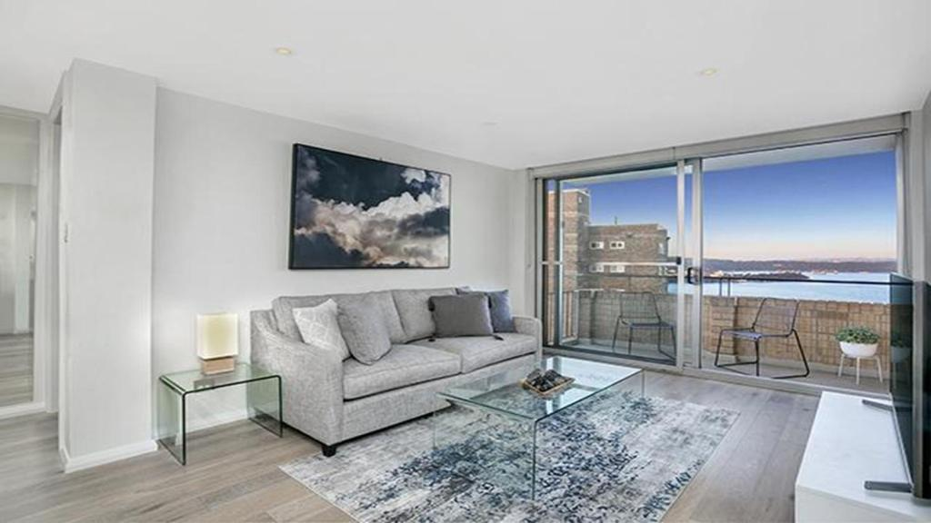 A seating area at Immaculate fully renovated top floor apartment -CBEL2