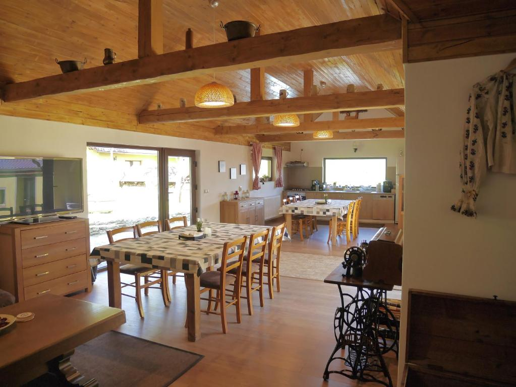 A restaurant or other place to eat at Oma's Hutte
