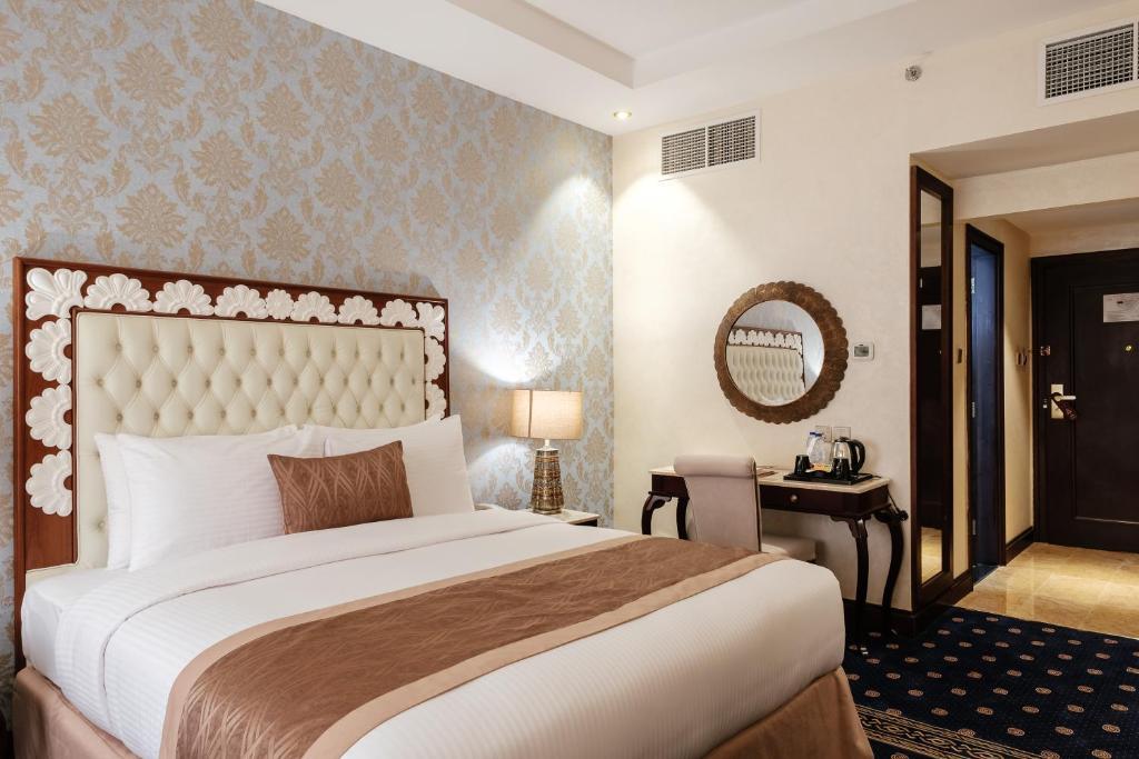Кровать или кровати в номере Tulip Inn Al Khan Hotel