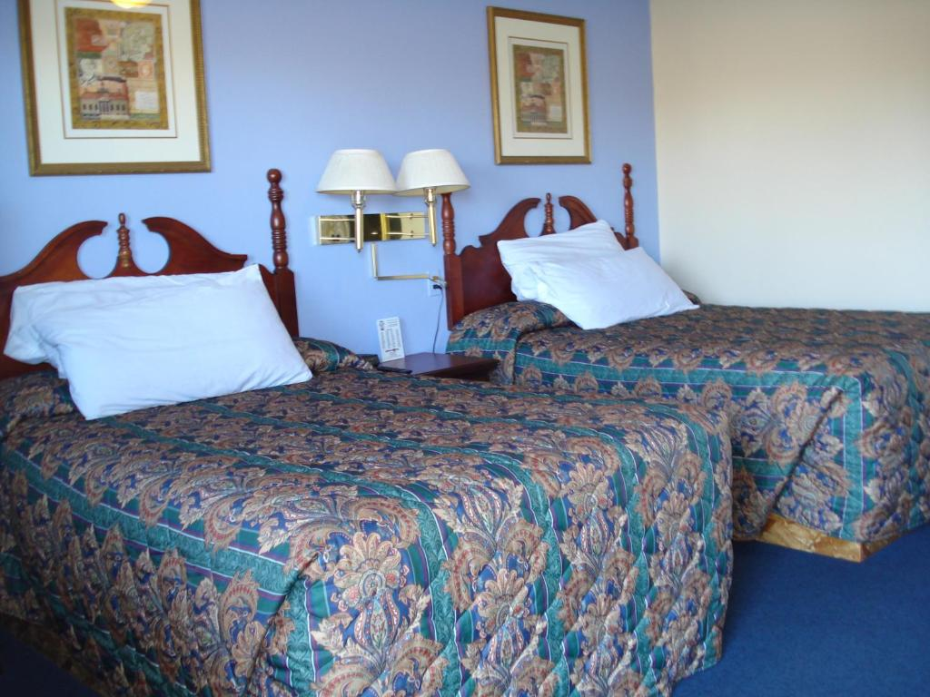A bed or beds in a room at Spillway Motel Shelbyville