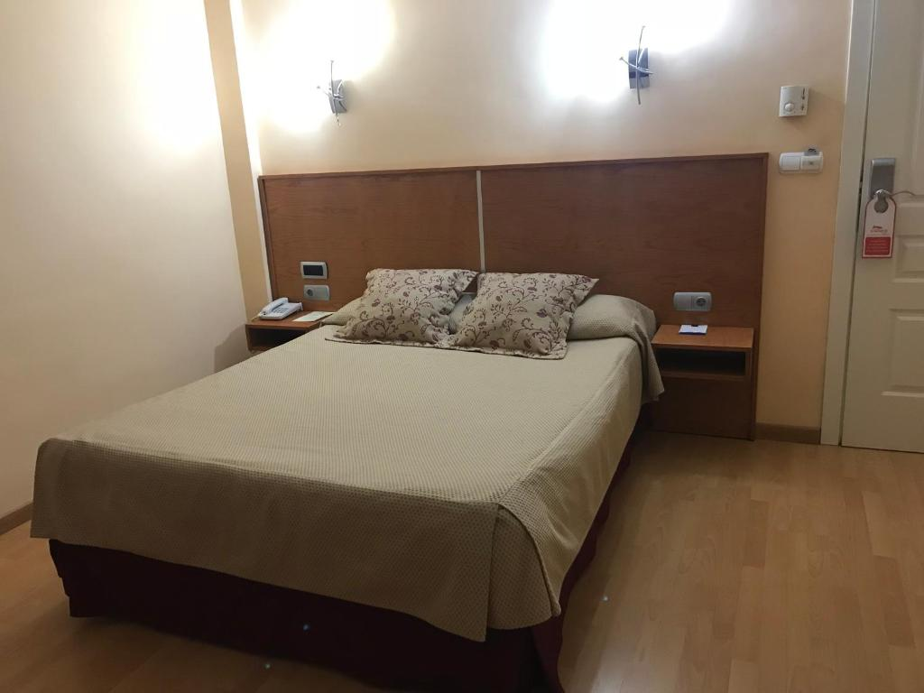 A bed or beds in a room at Hotel Alfonso VIII De Cuenca