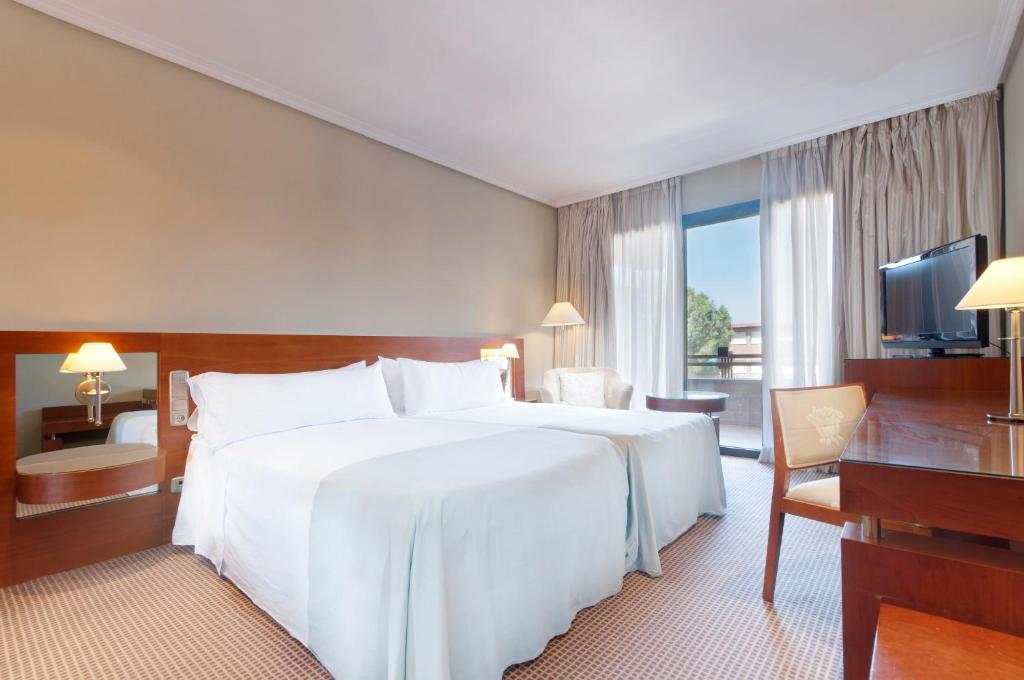 A bed or beds in a room at Tryp Madrid Alameda Aeropuerto Hotel