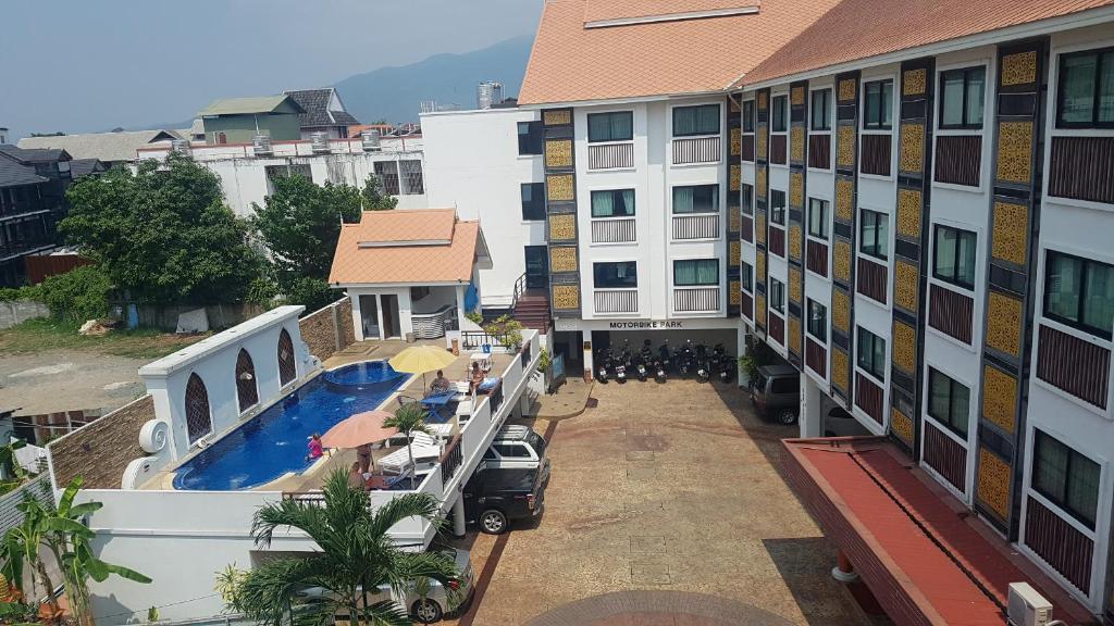 Ein Blick auf den Pool von der Unterkunft Wangburapa Grand Hotel oder aus der Nähe