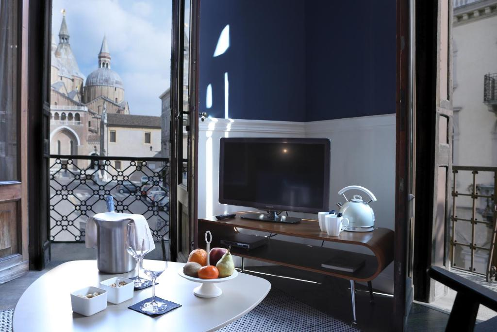 A television and/or entertainment center at Hotel Belludi 37
