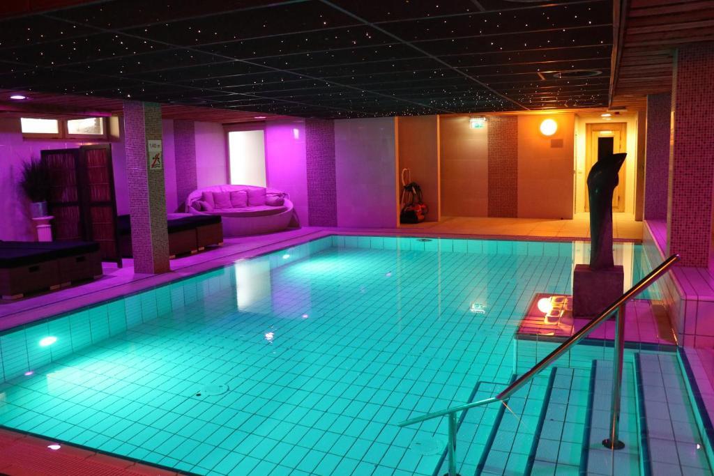 Het zwembad bij of vlak bij Wellness Suites Dellewal