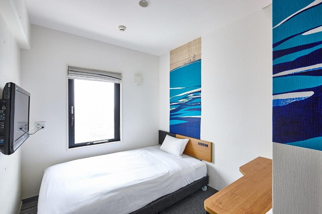 Tempat tidur dalam kamar di 8 Hotel湘南藤沢