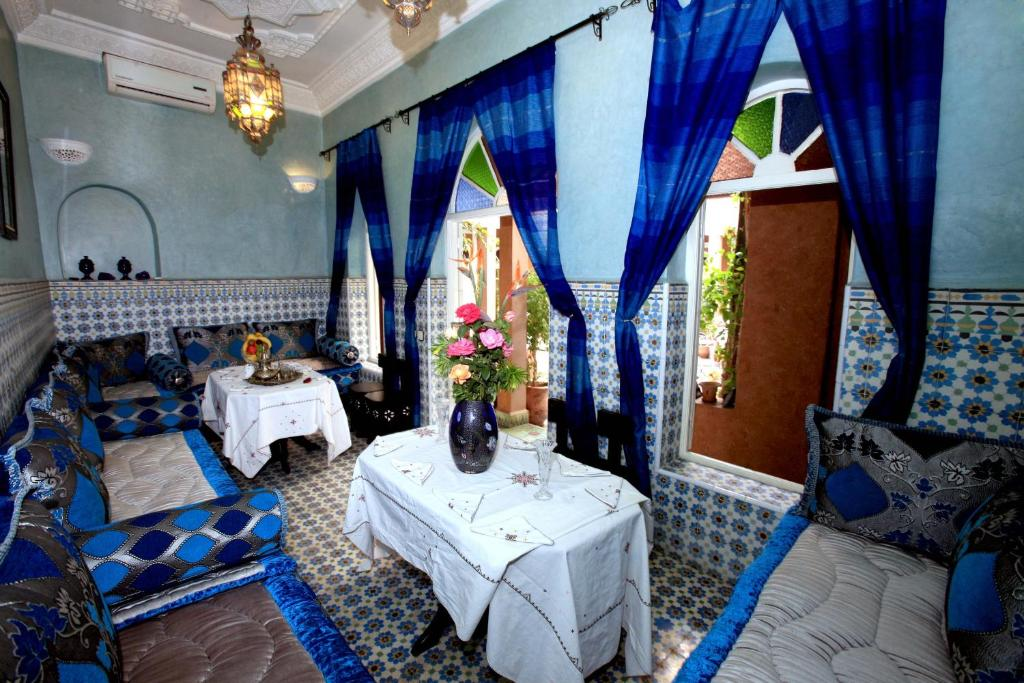 A restaurant or other place to eat at Riad L'Arabesque
