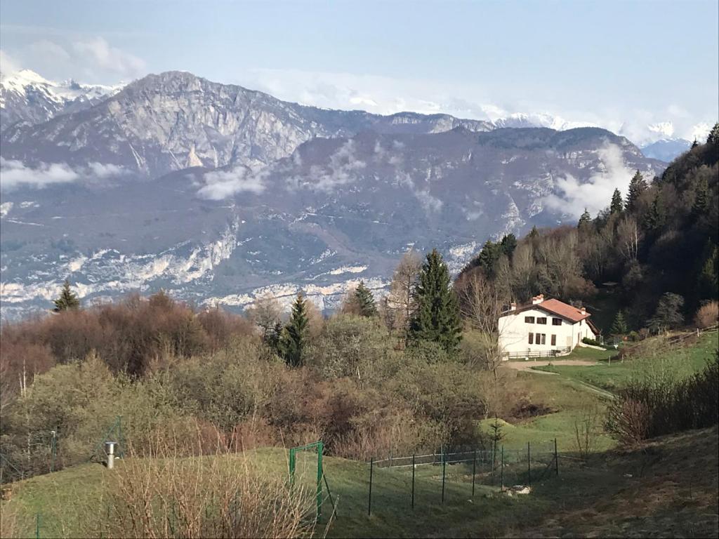 Nespecifikovaný výhled na hory nebo výhled na hory při pohledu z venkovského domu