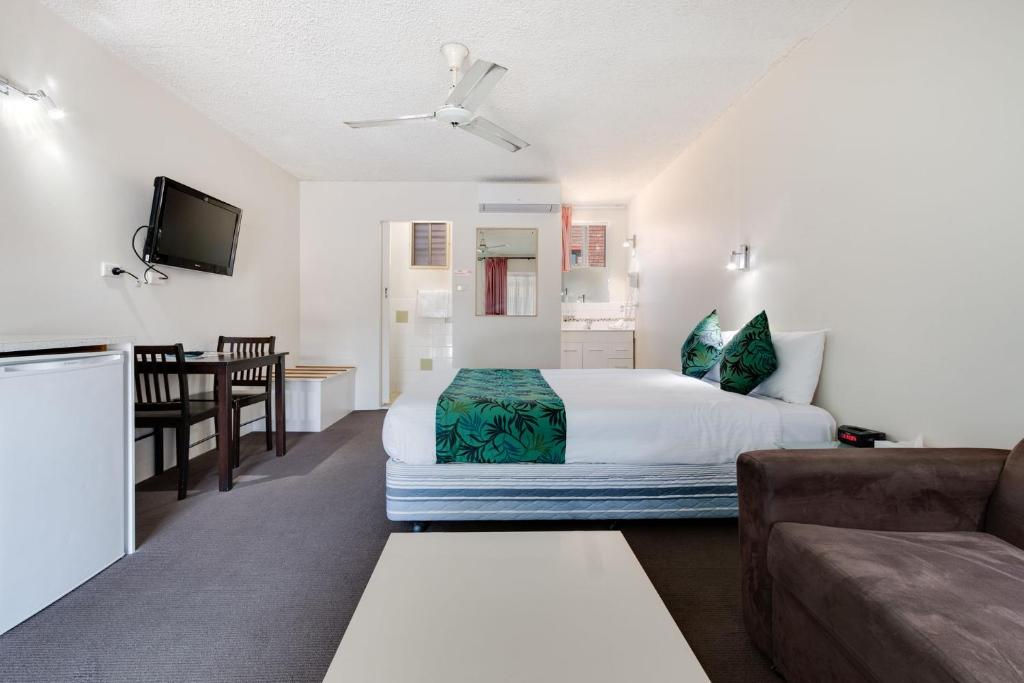 A bed or beds in a room at Coffs Harbour Pacific Palms Motel